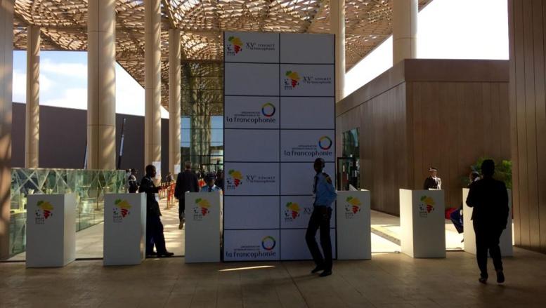 Entrée du centre de conférence international Abdou Diouf où se déroule le XVe sommet de la Francophonie, à Dakar au Sénégal, les 29 et 30 novembre 2014.