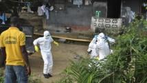 Personnel de santé en vêtements de protection dans un centre de soin à la frontière entre le Liberia et la Sierra Leone, le 5 novembre 2014. REUTERS/James Giahyue