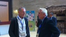 Michel Dussuyer (à gauche), le sélectionneur de la Guinée, et Henryk Kasperczak, celui du Mali, en pleine discussion, s'affronteront lors de la CAN 2015. RFI/ David Kalfa