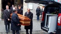 Des employés des services funéraires transportent les cercueils des Français Gérald Fontaine et Johanna Delahaye lors d'une cérémonie, ce samedi 5 mai 2012 à Boulogne-sur-Mer. AFP / Christian Eletufe