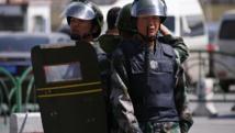 Des policiers en faction après l'attaque de la gare d'Urumqi, le 30 avril 2014. REUTERS/Petar Kujundzic