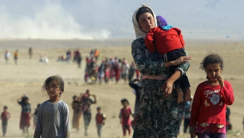 Des Irakiens de la minorité Yezidi fuient les combats entre le groupe Etat islamique et l'armée irakienne dans la ville de Sinjar, le 11 août 2014. REUTERS/Rodi Said/Files