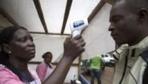La prise systématique de température aux points de contrôle ou de soins (ici en Sierra Leone) permet d'isoler les cas suspects. Reuters/Bindra/UNICEF