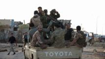 Des combattants fidèles au général Haftar à l'est de Benghazi, en octobre 2014. REUTERS/Stringer