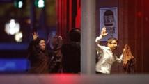 Des otages s'échappent du café après 16 heures de prise d'otage, le 15 décembre 2014. REUTERS/Jason Reed
