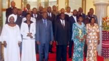 Michel Kafando, le président de la transition burkinabè et le nouveau Premier ministre Isaac Zida posent avec les autres membres du gouvernement le 24 novembre 2014. AFP PHOTO / STR