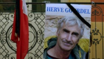 Un portrait de l'otage français assassiné Hervé Gourdel devant la mairie de Saint-Martin-Vesubie, le village où il résidait. REUTERS/Patrice Massante