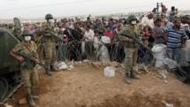 Afflux de réfugiés syriens kurdes à la frontière avec la Turquie. Ils fuient Kobane. Le 27/09/14. REUTERS/Murad Sezer