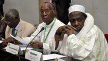Mahmoud Diko (à droite) au côté de l'archevêque de Bamako Jean Zerbo, en avril 2012 à Ouagadougou. AFP PHOTO/ AHMED OUOBA