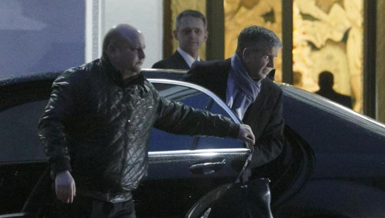L'ambassadeur russe en Ukraine Mikhaïl Zurabov sortant de la voiture pour reprendre les négociations, à Minsk, le 24 décembre 2014. REUTERS/Stringer