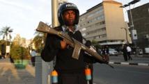 A Nairobi, les patrouilles de police ont été renforcées dans les églises, les mosquées ainsi que certains lieux considérés comme vulnérables. REUTERS/Thomas Mukoya