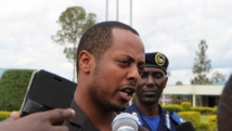 Kizito Mihigo s'adresse aux médias à Kigali, le 15 avril 2014, après l'annonce de son arrestation la veille. AFP PHOTO/STEPHANIE AGLIETTI