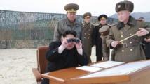 Le leader nord-coréen Kim Jong-un lors d'une présentation de nouveaux matériels de guerre (photo agence officielle nord-coréenne communiquée le 30 novembre 2014). REUTERS/KCNA