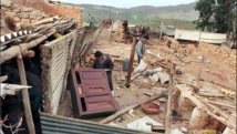 Des survivants du village dévasté de Sahanine (Relizane) où plusieurs habitants ont été tués lors d'une attaque attribuée à des islamistes, le 1er octobre 1998, mais qui serait le fait de la milice de Relizane.
