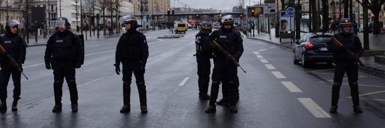 Des terroristes mènent deux prises d'otages simultanées en région parisienne