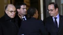 Réunion de crise vendredi soir à l'Elysée autour de François Hollande (D): Bernard Cazeneuve, ministre de l'Intérieur (G), Manuel Valls, Premier ministre (C) et Christiane Taubira, ministre de la Justice (de dos). REUTERS/Philippe Wojazer