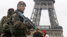 Patrouille militaire devant la tour Eiffel à Paris le 10 janvier 2015. REUTERS/Gonzalo Fuentes