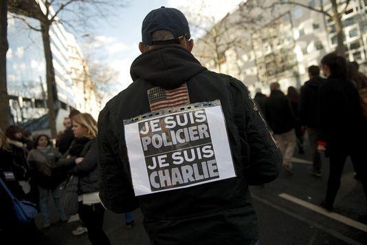 Hommage inédit aux forces de l'ordre pendant les manifestations contre le terrorisme En savoir plus sur http://www.lemonde.fr/societe/article/2015/01/11/hommage-inedit-aux-forces-de-l-ordre-pendant-les-manifestations-contre-le-terrorisme_4553879_3224