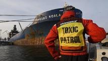 """Un activiste de la """"brigade toxique"""" de Greenpeace face au Probo Koala, ici en Estonie en 2006, quelques jours après le déchargement des déchets toxiques à Abidjan."""
