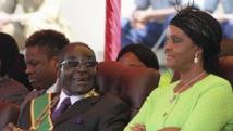 Le président du Zimbabwe Robert Mugabe et son épouse Grace assistent à Harare, le 12 août 2014, à un rassemblement à l'occasion de la journée dédiée aux forces armées. Reuters/Philimon Bulawayo