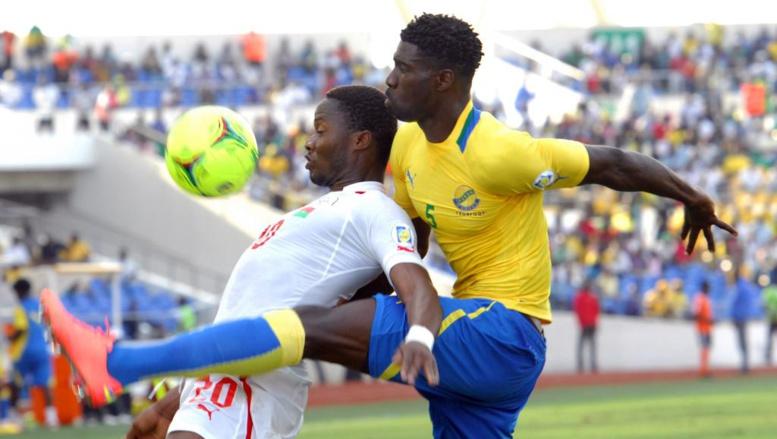 Le Gabonais Bruno Ecuele Manga (d.) se heurte au Burkinabè Koffi Ouedraogo, lors d'un match de qualification pour le Mondial, en 2012. AFP PHOTO/YANICK MANIENGUI