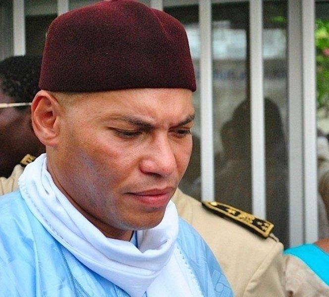 Karim Wade met fin à la grève de la faim avec les biscuits du khalife des Mourides