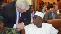 L'ambassadeur du Nigeria au Niger, Aliou Issa Sokoto (d), lors du sommet régional, à Niamey, consacré à la lutte contre Boko Haram, ce mardi 20 janvier 2015.