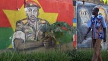 Un burkinabè passe devant une peinture murale représentant Thomas Sankara, à Ouagadoudou, le 18 novembre 2010.