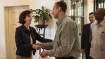 Roberta Jacobson avec l'un des dissidents cubains rencontrés vendredi 23 janvier à La Havane. REUTERS/Ramon Espinosa/Pool
