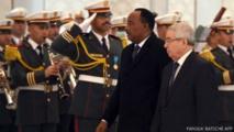 Le président du Sénat algérien, Abdelkader Bensalah (D), a accueilli le président nigérien Mahamadou Issoufou à l'aéroport Houari Boumediene à Alger, la capitale, le 25 janvier 2015.