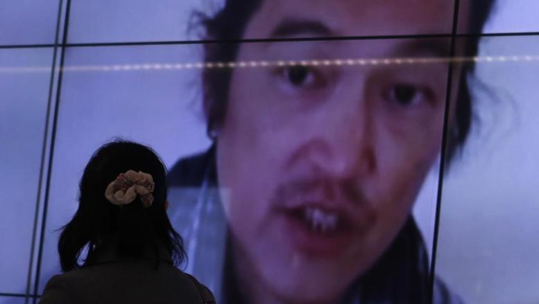 Dans une rue de Tokyo, sur un écran publique de télévision japonais, s'affiche le visage de l'otage Kenji Goto, le 1er février 2015. REUTERS/Yuya Shino