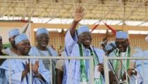 Le président nigérian Goodluck Jonathan (main levée) en meeting à Gombe ce lundi 2 février 2014. REUTERS/Afolabi Sotunde
