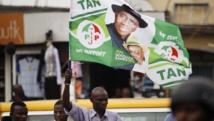 Un homme brandit un drapeau de Goodluck Jonathan lors d'un meeting de Jimi Agbaje, le 3 février. REUTERS/Akintunde Akinleye