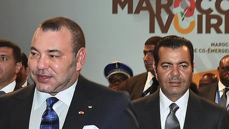A gauche le roi Mohamed VI suivi par le prince Moulay Rachid à droite, au Palais royal marocain le 21 janvier. AFP PHOTO / ROYAL PALACE