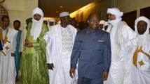 Le Premier ministre Modibo Keïta (3e gauche), ancien représentant malien aux négociations de paix avec les groupes rebelles, sera en déplacement mardi à Alger. AFP PHOTO / AHMED OUOBA