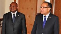 Le nouveau Premier ministre Jean Ravelonarivo (g.) et son prédécesseur Kolo Roger. Présidence malgache / Service de presse