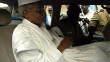 L'ex-dictateur tchadien, Hissène Habré, quittant la cour de Dakar sous escorte policière, le 25 novembre 2005. (Photo : AFP)