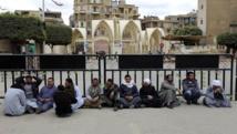 Autre signe de la présence du groupe EI en Libye : l'enlèvement de 27 travailleurs coptes égyptiens à Syrte. Sur la photo, des membres de la famille en sit-in devant la cathédrale orthodoxe de la ville, ce 13 février 2015. REUTERS/Mohamed Abd El Ghany