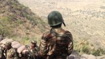 Les soldats de l'armée de terre camerounaise déployés sur le poste avancé de Mabass. Une colline sur la frontière avec le Nigeria, en bas des villages occupés par Boko Haram. L'artillerie camerounaise pilonne les Boko Haram quand elle perçoit une menace. RFI/OR