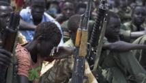 Des enfants soldats lors d'une cérémonie de désarmement, démobilisation et réintégration, le 10 février 2015, à Pibor, dans l'Etat du Jonglei, (Soudan du Sud), supervisée par l'Unicef. AFP PHOTO/Charles LOMODONG