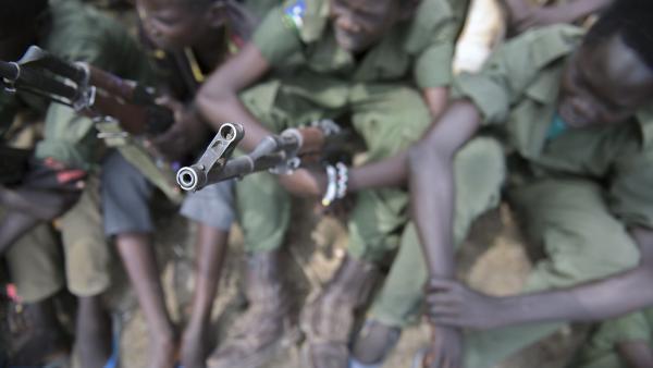 Des enfants-soldats lors d'une cérémonie de désarmement, démobilisation et réintégration supervisée par l'Unicef, le 10 février 2015, dans l'Etat du Jonglei, au Soudan du Sud. AFP PHOTO/Charles LOMODONG