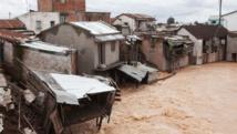 La rivière Sisaony a inondé le village de Soavina, dans la banlieue de la capitale après une nuit de pluies torrentielles, le 27 février 2015. AFP PHOTO / RIJASOLO