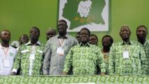 Henri Konan Bédié entouré des membres du comité exécutif du parti lors du 12e congrès du PDCI, en 2013. AFP PHOTO / SIA KAMBOU