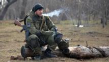 Un volontaire du bataillon Azov en pause après un exercice militaire à proximité de la ville de Marioupol, le 27 février 2015. AFP PHOTO/ GENYA SAVILOV