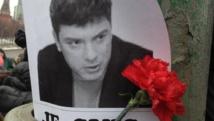 Une rose soutient l'effigie de Boris Nemtsov, à l'endroit où l'opposant russe a été abattu, dans la nuit du vendredi 27 au samedi 28 février 2015. Muriel Pomponne / RFI
