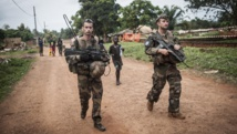 Des soldats de la force Sangaris patrouillent aux alentours de Boda, dans le sud de la Centrafrique, le 24 juillet 2014. AFP PHOTO / ANDONI LUBAKI