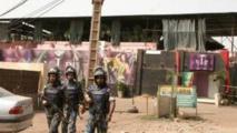 """Des soldats des Nations Unies devant le restaurant """"La Terrasse"""" attaqué la nuit du 6 au 7 mars à Bamako."""