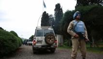 « La Monusco ne va pas rester éternellement en République démocratique du Congo », promet Martin Kobler, le patron de la mission de l'ONU en RDC. L'ONU a d'ailleurs proposé une réduction d'effectifs pour 2015 avec le retrait de 2 000 hommes, soit environ 10% des troupes.  « Ce n'est pas assez. C'est trois fois moins que ce que réclame Kinshasa », s'insurge un diplomate congolais à New York, de source diplomatique. Car, entre le gouvernement congolais et les Nations unies, la présence de la Monusco dans le pays est source de tensions.  Avant d'aller plus loin, explique Martin Kobler, il est impératif que la situation, notamment sécuritaire, s'améliore sur le terrain, en particulier à l'est du pays : « Quels sont les critères ? Ce sont les déplacés internes. C'est la restitution de l'autorité de l'Etat. C'est la performance de l'armée congolaise, la performance de la politique nationale congolaise. Est-ce qu'ils sont dans une position de garantir la sécurité du peuple à l'est du pays ? Jusqu'à maintenant, ce n'est pas le cas dans tout le territoire et c'est ce qu'on doit discuter parce que c'est important de ne pas laisser un pays fragile derrière nous ».  Tomber d'accord sur le diagnostic  Encore faut-il que Kinshasa et l'ONU tombent d'accord sur le diagnostic. Jeudi dernier, à New York, le ministre congolais des Affaires étrangères, Raymond Tshibanda Tunga Mulongo, s'est montré optimiste sur la situation sécuritaire. Il a reconnu « quelques poches d'insécurité » dans l'est du pays, mais a estimé que partout ailleurs « la paix et la sécurité » régnaient désormais.   De quoi justifier un retrait rapide des troupes onusiennes, selon lui. « Le moment est venu pour la RDC d'assumer pleinement ses responsabilités », a martelé le ministre, en demandant à l'ONU de respecter une aspiration « légitime ».  Pour aplanir leurs différends, l'ONU et le gouvernement de la République démocratique du Congo annoncent qu'ils vont mener à parti de lundi des discussions à Kinshasa. Et c'