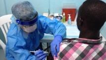 Un jeune Libérien se fait vacciner contre l'épidémie d'Ebola, dans la salle de vaccination de l'Hôpital Rédemption à Monrovia.