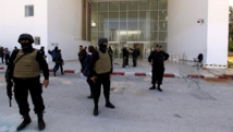 Des policiers devant les portes du musée du Bardo à Tunis au lendemain de l'attentat qui a coûté la vie à 21 personnes. REUTERS/Anis Mili